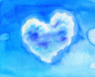 与心形的云彩的蓝天 免版税库存照片