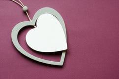 与心形的垂饰的卡片横幅设计的 与垂饰的卡片在红色背景 浪漫天概念 华伦泰心脏卡片de 免版税库存图片