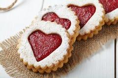 与心形的果酱特写镜头构成的圆的一种油脂含量较高的酥饼为情人节 免版税图库摄影