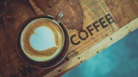 与心形的热的拿铁咖啡 库存照片