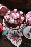 与心形的蛋白软糖装饰的情人节蛋糕 免版税库存照片