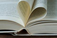 与心形的页的被打开的书 免版税库存照片