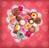 与心形的餐巾和甜点的华伦泰背景。 免版税库存图片