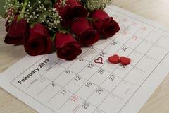 与心形装饰的罗斯花束在2月日历 免版税库存照片
