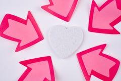 与心脏和箭头信号的医疗保健背景 华伦泰 免版税库存照片