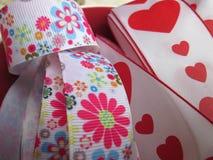 与心脏和花的一条丝带 免版税库存照片