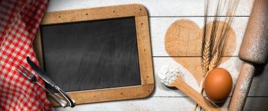 与心脏和黑板的烘烤背景 库存照片