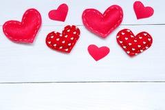 与心脏在木桌上,顶视图的情人节背景 免版税库存图片