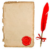 与心脏封印和葡萄酒墨水笔的年迈的纸板料 免版税库存照片