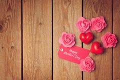 与心脏形状和玫瑰的愉快的母亲节背景 免版税库存图片