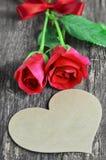与心脏形状和红色玫瑰的空白的贺卡开花 图库摄影