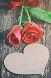 与心脏形状和红色玫瑰的空白的贺卡开花 免版税库存图片