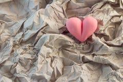 与心脏形状对象的被弄皱的纸 JPG 免版税图库摄影