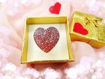 与心脏形状爱概念的首饰圆环 免版税图库摄影