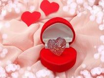 与心脏形状爱概念的首饰圆环 库存图片