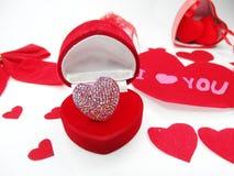 与心脏形状爱概念的首饰圆环 免版税库存图片