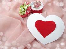 与心脏形状爱概念的首饰圆环 库存照片