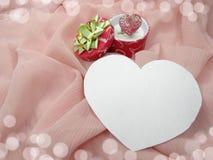 与心脏形状爱概念的首饰圆环 图库摄影