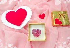 与心脏形状爱概念的首饰圆环 免版税库存照片