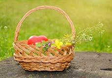 与心脏形状的春天篮子 免版税库存照片