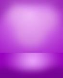 与心脏形状的梯度阴影的抽象紫色背景 免版税库存照片
