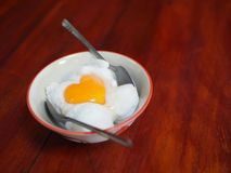 与心脏形状的椰子饯奶油在上面 库存照片
