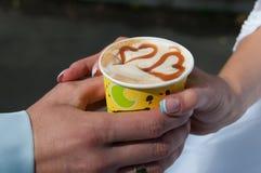 与心脏形状的热奶咖啡。 图库摄影