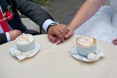 与心脏形状的热奶咖啡 免版税库存照片