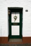 与心脏形状装饰的门 免版税库存图片