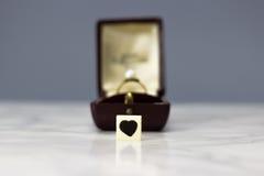 与心脏标志的定婚戒指 免版税库存照片