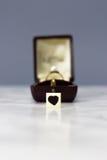 与心脏标志的定婚戒指 库存照片