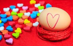 与心脏标志的情人节背景在鸡蛋和五颜六色 免版税库存图片