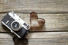 与心脏爱摄影概念的老减速火箭的照相机 免版税库存图片