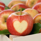 与心脏爱题目的苹果计算机果子 免版税库存图片