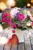 与心脏的五颜六色的花束 免版税库存照片
