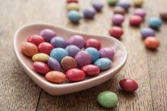 与心脏的传统五颜六色的糖果华伦泰的d 免版税库存照片