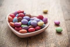 与心脏的传统五颜六色的糖果华伦泰的d 图库摄影