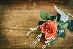 与心脏的情人节在木backgroun的背景和玫瑰 图库摄影