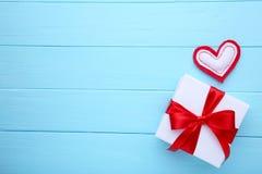与心脏的情人节礼物在蓝色背景 免版税库存图片