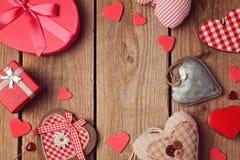 与心脏的情人节背景在木桌上塑造 顶视图 库存照片
