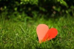 与心脏的情人节背景在草背景 免版税库存照片
