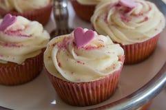 与心脏的杯形蛋糕 免版税图库摄影