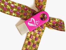 与心脏的桃红色单词和被隔绝的一把美好的弓 免版税库存照片