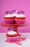 与心脏的桃红色和白色杯形蛋糕塑造轻便短大衣 库存照片