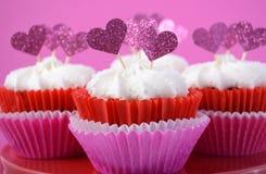 与心脏的桃红色和白色杯形蛋糕塑造轻便短大衣 库存图片