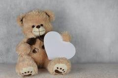 与心脏的熊女用连杉衬裤爱您 图库摄影