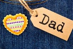 与心脏的爸爸标记在牛仔布 免版税库存图片
