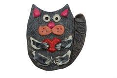 与心脏的猫在他的爪子 从黏土的工艺 库存图片