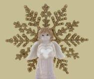 与心脏的白色天使形象,在雪花装饰背景 库存图片