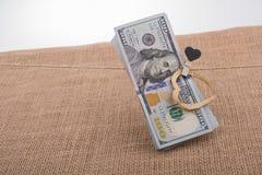 与心脏的美元钞票在串截去 库存图片
